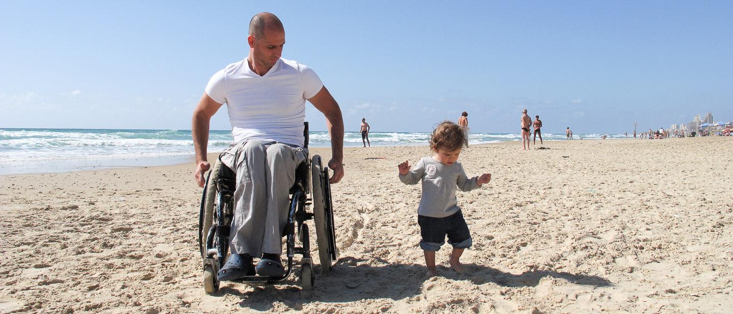 Persona Con Disabilità E Bambino Al Mare