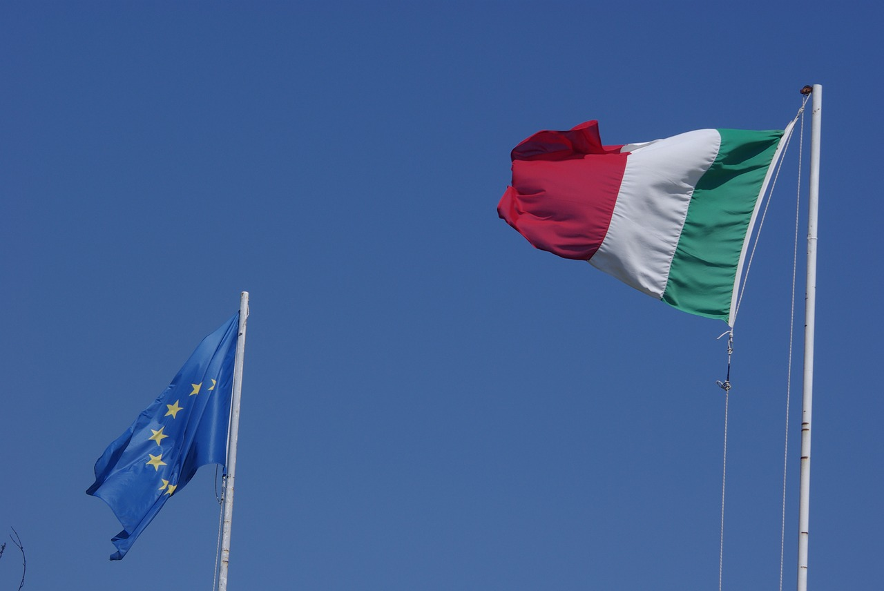 Bandiera italiana e bandiera europea issate