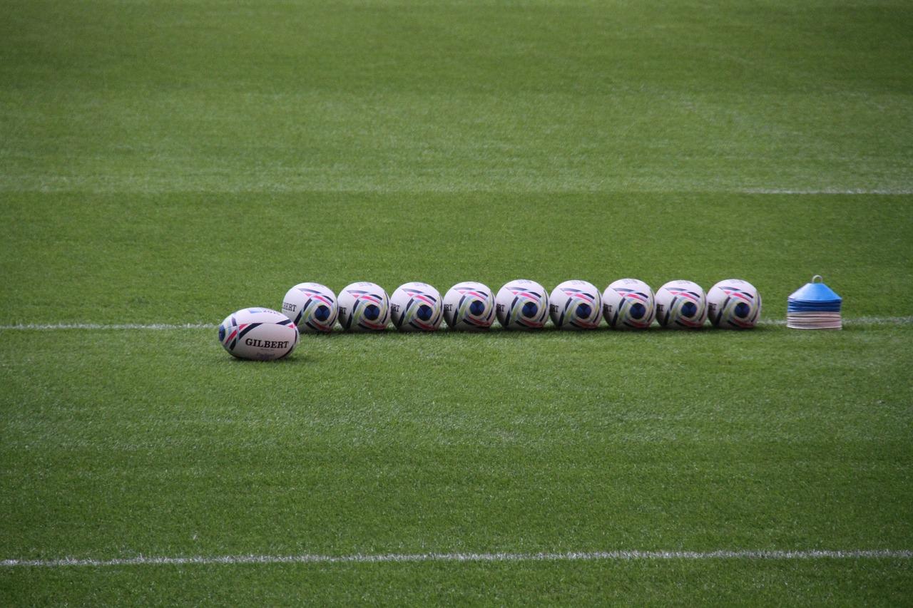 palloni bianchi da rugby in riga sul campo di gioco
