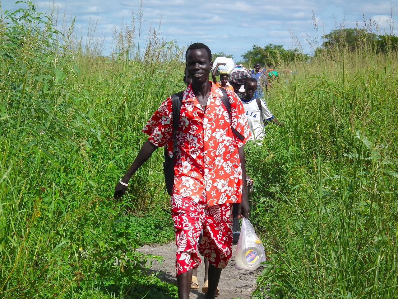 Migranti viaggiano a piedi