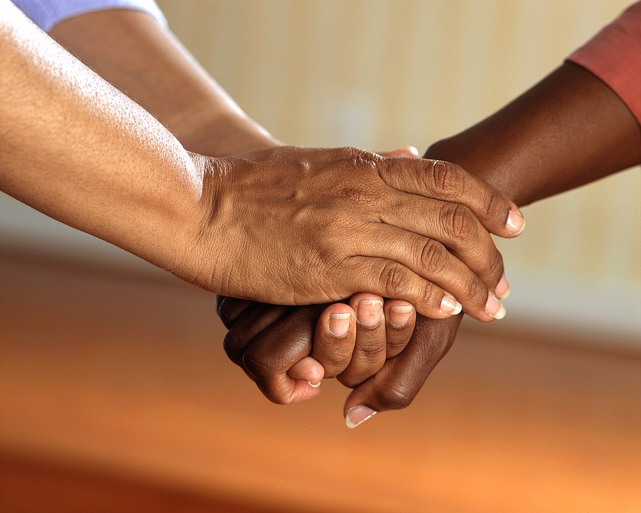 tre mani che si stringono