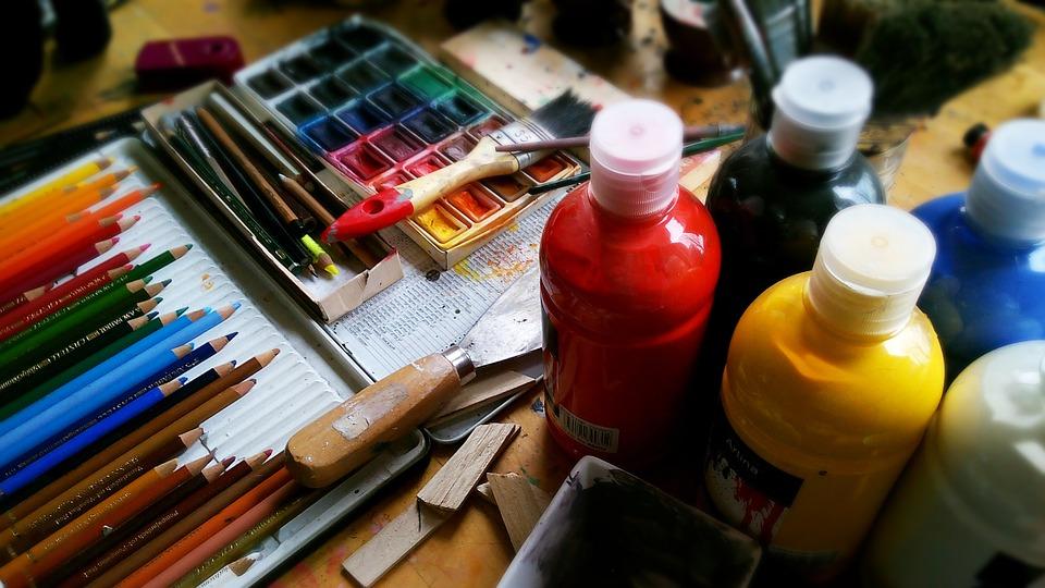 Colori e strumenti per la pittura e il disegno. Foto a colori