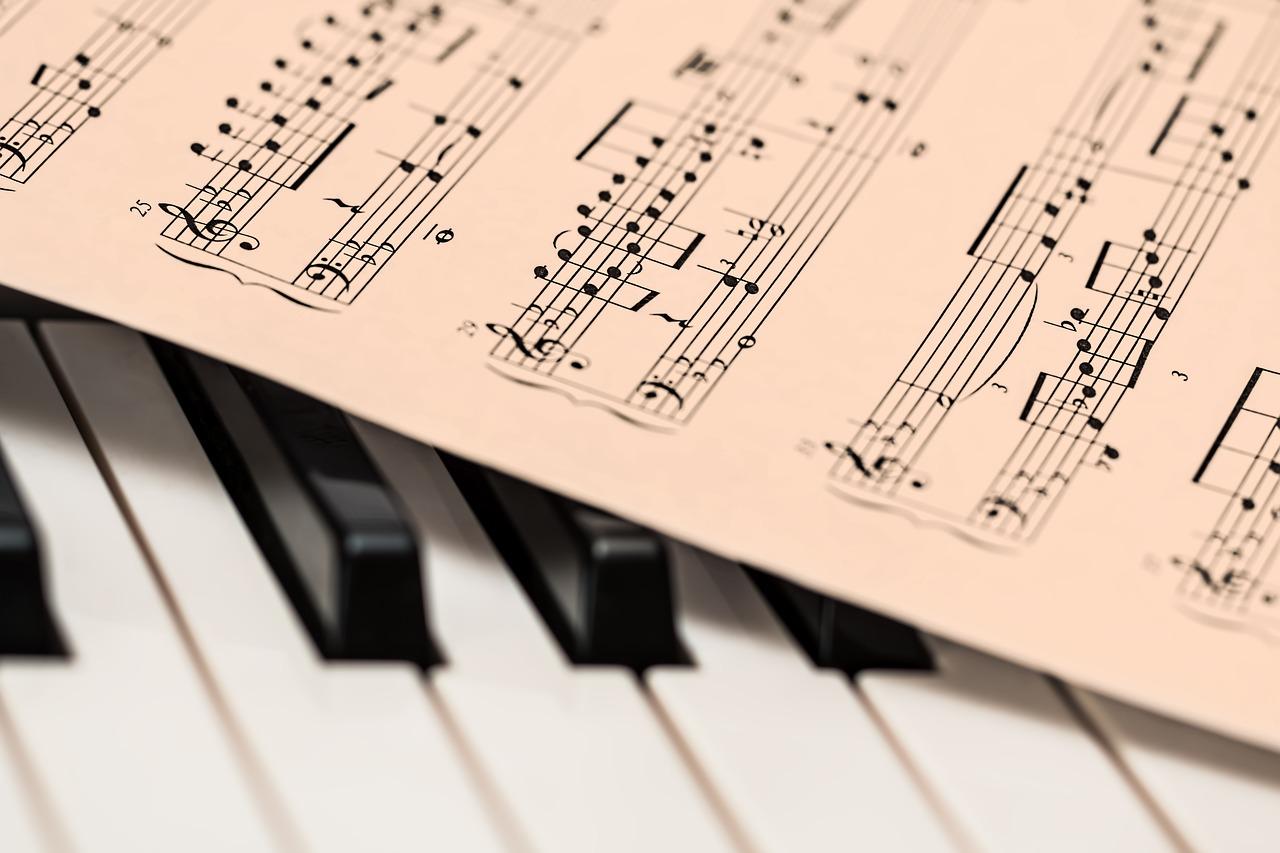 Tasti di un pianoforte a coda con spartito musicale