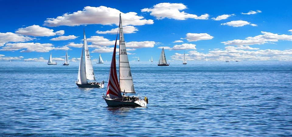 Barche a vela in mare aperto. Foto a colori