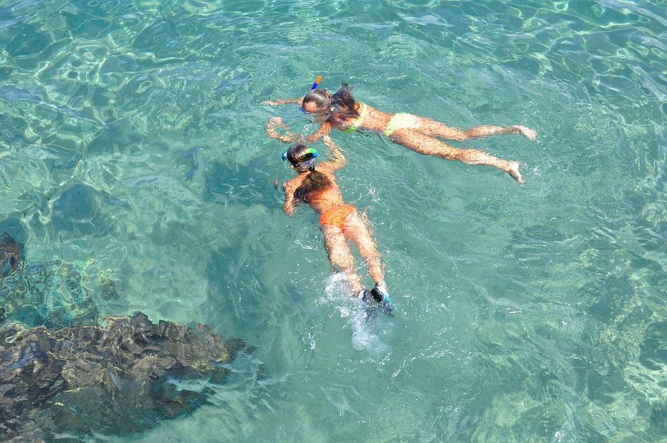 due ragazze fanno snorkeling