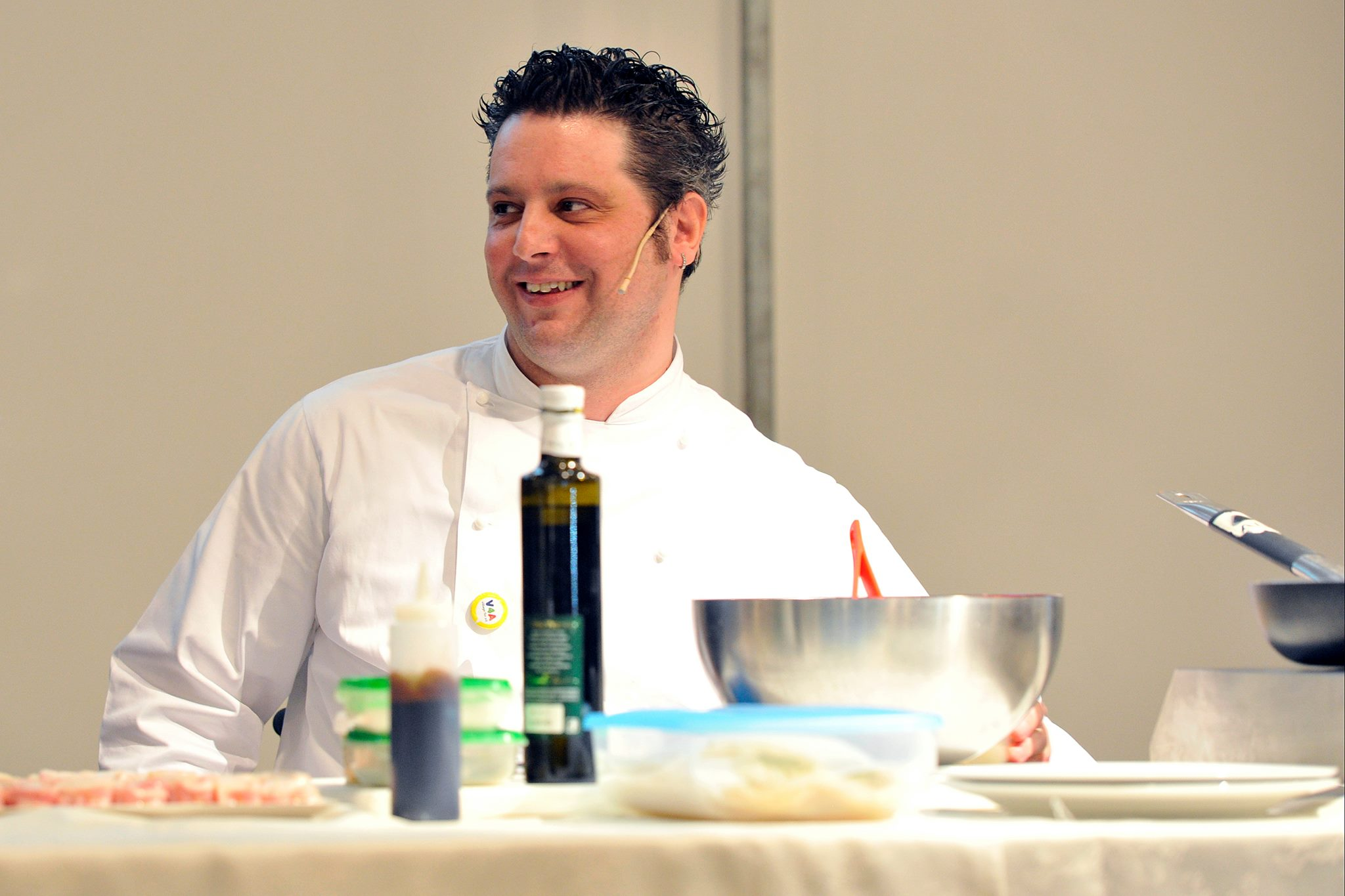 Omar Papait, chef in carrozzina, intento a preparare un piatto